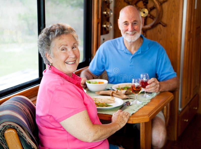 Séniores do rv - jantar ocasional fotos de stock