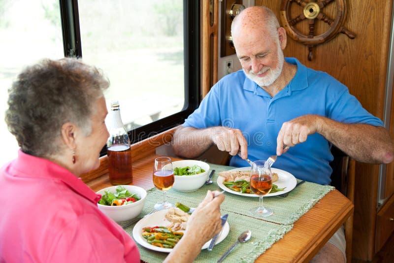 Séniores do rv que apreciam o jantar imagens de stock royalty free