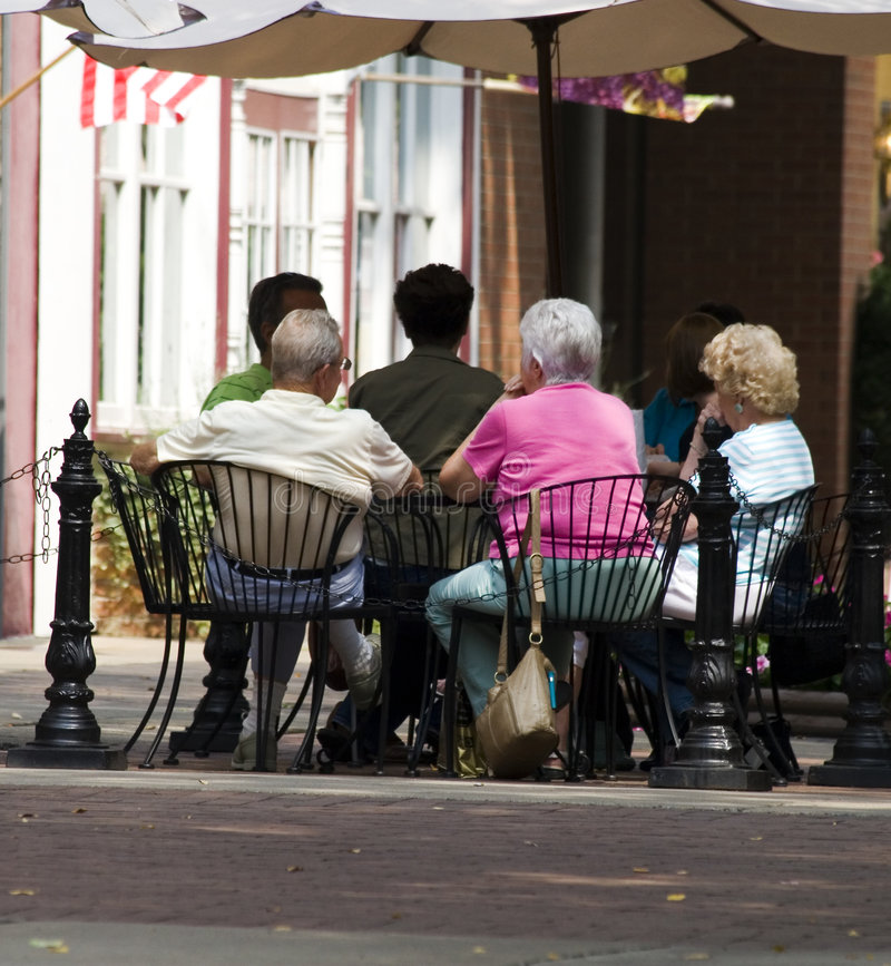 Séniores no café ao ar livre fotografia de stock