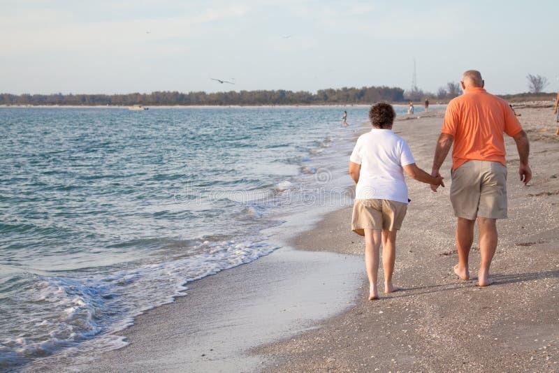 Séniores que andam na praia imagem de stock royalty free