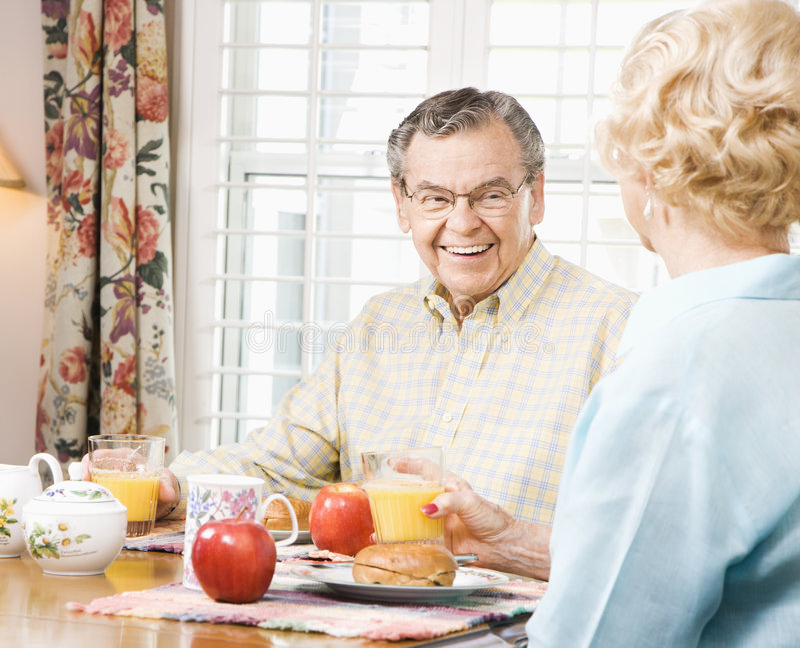 Séniores que comem o pequeno almoço imagens de stock