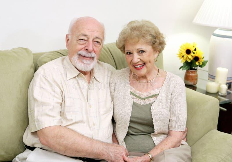 Séniores que relaxam em casa foto de stock royalty free