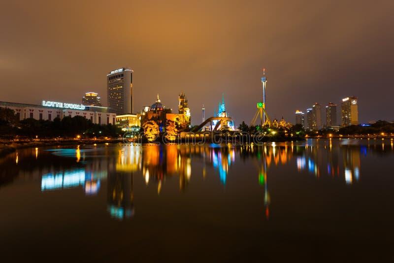 Nuit de parc à thème d'amusement de Séoul Corée du monde de Lotte photographie stock
