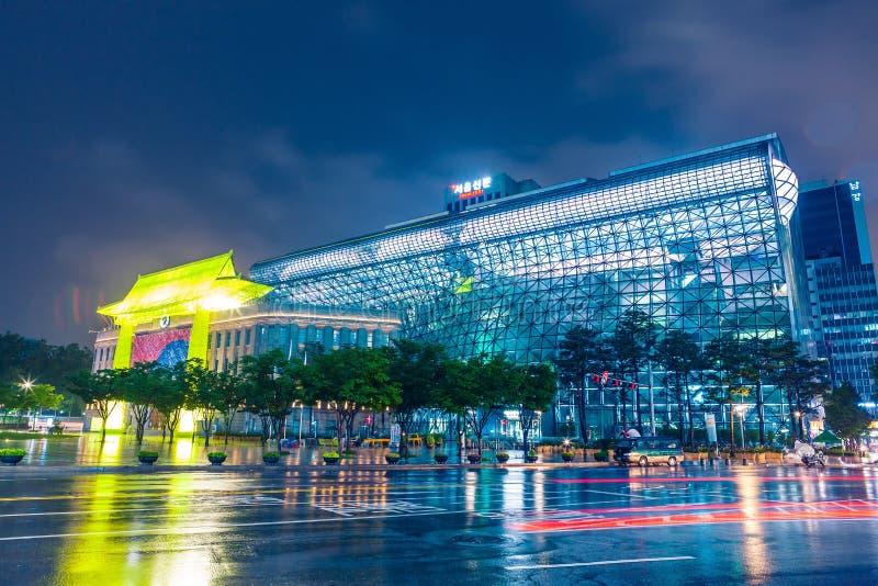 SÉOUL, CORÉE DU SUD - 16 AOÛT 2015 : Le bâtiment d'hôtel de ville du gouvernement métropolitain de Séoul a tiré la nuit le 16 aoû image stock