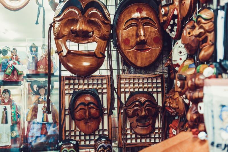 SÉOUL, CORÉE DU SUD - 14 AOÛT 2015 : Les masques en bois coréens traditionnels se sont vendus dans la rue d'Insadong à Séoul, Cor image libre de droits
