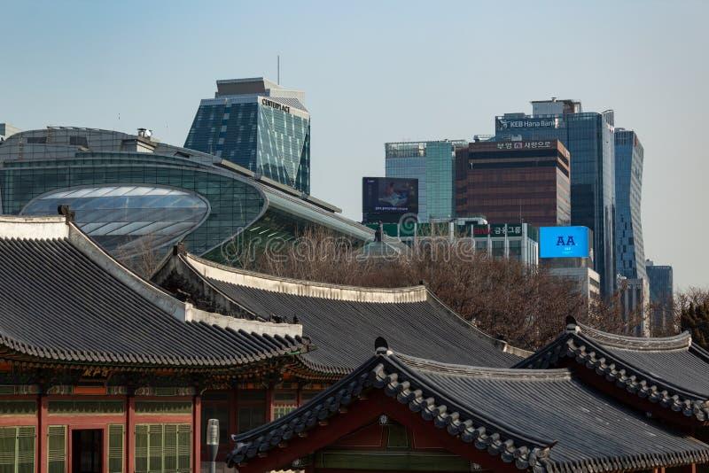 SÉOUL, CORÉE DU SUD - 21 JANVIER 2018 : Toits de bâtiment de Deoksugung et concept d'horizon, vieux et nouveau coréen moderne de  photos libres de droits