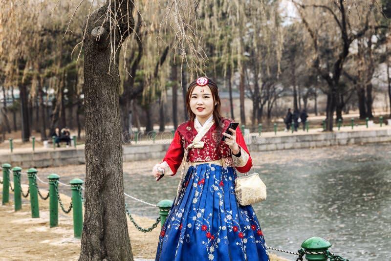 Séoul, Corée du Sud, 12/30/2017 : Les filles coréennes dans les hanboks prennent un selfie en parc d'hiver Plan rapproch? images libres de droits