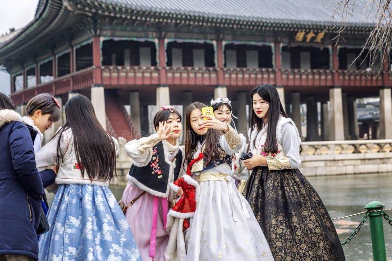 Séoul, Corée du Sud, 12/30/2017 : Les filles coréennes dans les hanboks prennent un selfie en parc d'hiver Plan rapproch? images stock
