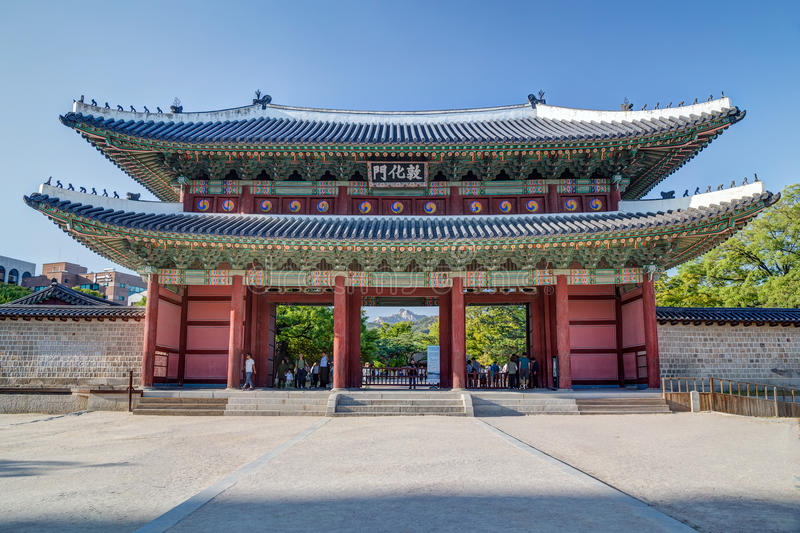Séoul, Corée du Sud - vers en septembre 2015 : Porte de Donhwa-mun au complexe de palais de Changdeokgung à Séoul images libres de droits
