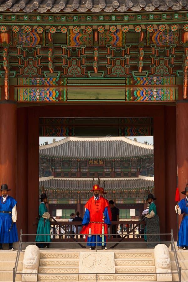 L'entrée de palais de Gyeongbokgung fait un pas des gardes V photo libre de droits