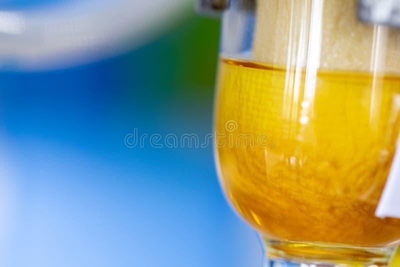 Séparation par condensation de filtration et d'évaporation les substances composantes du mélange liquide dans le laboratoire photo stock