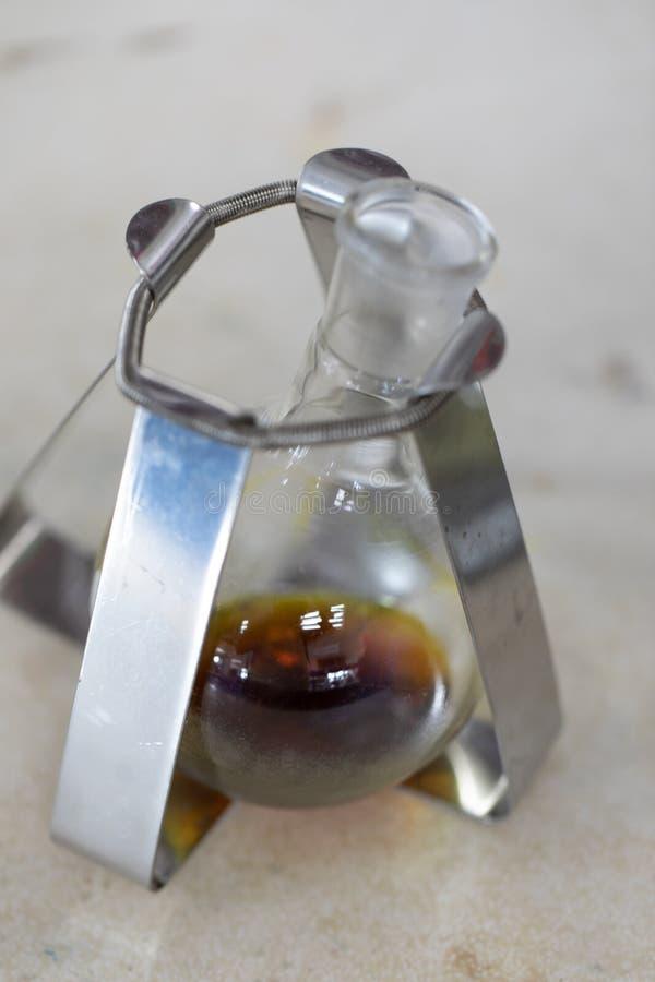 Séparation par condensation de filtration et d'évaporation les substances composantes du mélange liquide dans le laboratoire image stock