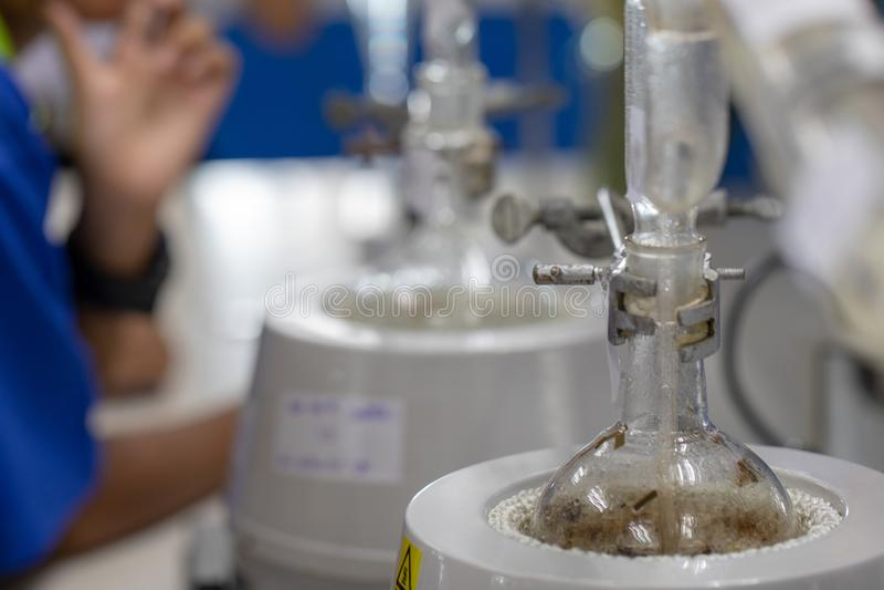 Séparation par condensation de filtration et d'évaporation les substances composantes du mélange liquide dans le laboratoire photo libre de droits