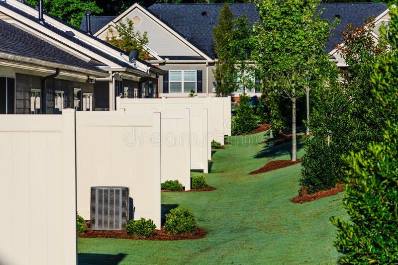 Séparations de patio sur de nouvelles maisons de ville photographie stock libre de droits