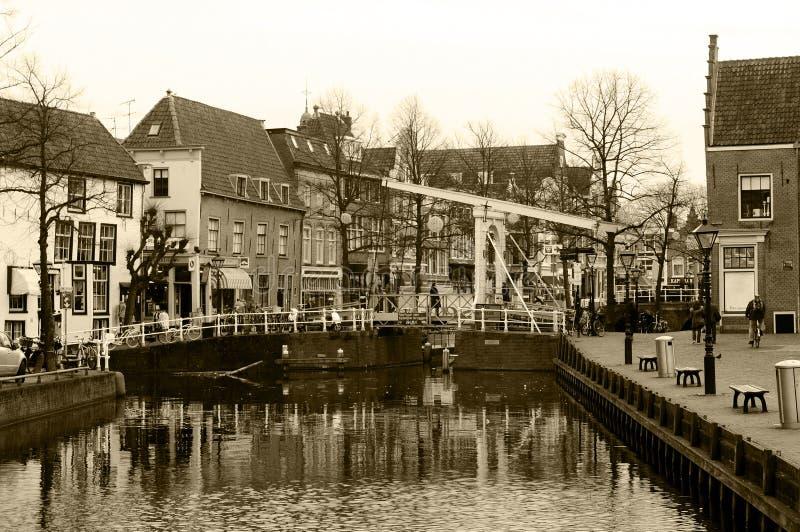 Sépia - canal d'Alkmaar et pont, coucher du soleil d'hiver, Pays-Bas photographie stock