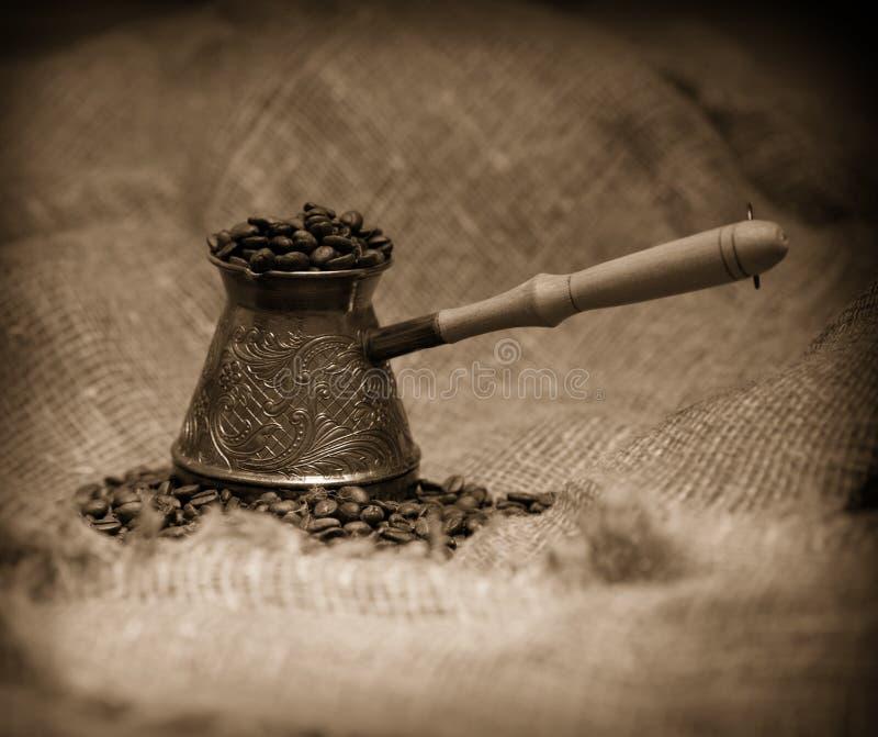 sépia d'image de café de cezve modifiée la tonalité images libres de droits