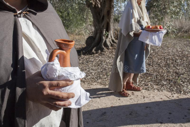 Séquito com ofertas do alimento e do vinho fotografia de stock