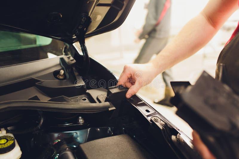 Série détaillante de voiture : Procédure finale de revêtement en verre, installation sous les bâtis de capot sous les autoglass photos libres de droits