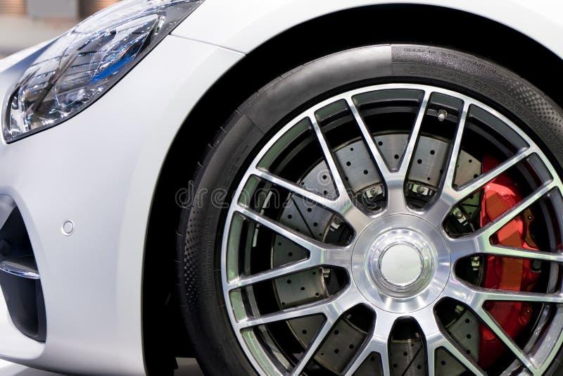 Série détaillante Nettoyez le disque-frein superbe de voiture Jantes rouges de spor photographie stock libre de droits