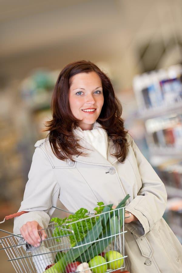 Série d'achats - femme de cheveu de Brown avec le panier photo stock