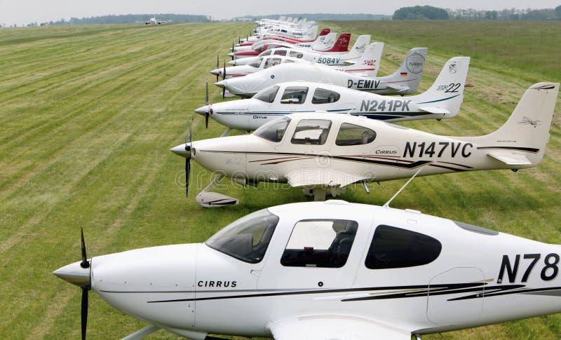 Série d'avions de Cirrus dans le pré dans l'atterrissage d'Airbus de fond sur une piste concrète 22 mai 2010 Aéroport Kbely, Prag photos stock