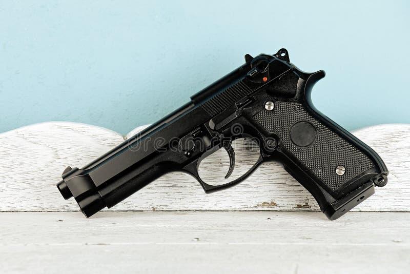 Série da arma Close-up moderno do revólver M9 do exército de E S Close-up do revólver do exército na tabela de madeira do vintage foto de stock royalty free