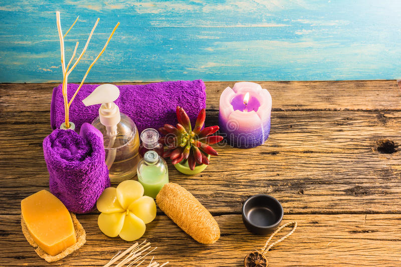 Série da aromaterapia A dos termas da vista superior de terapia do aroma dos termas na mesa de madeira imagens de stock royalty free