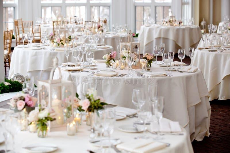 Série da decoração da tabela do casamento - muitas tabelas ajustaram-se para o evento luxuoso abastecido do casamento imagens de stock