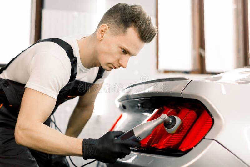 Série de detalhes do carro, conceito de polimento Trabalhador profissional de autoatendimento masculino caucasiano, com proteção  imagens de stock