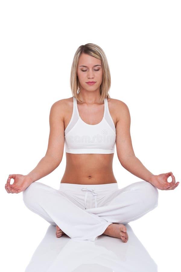 Série de forme physique - femme blonde en position de yoga photo libre de droits
