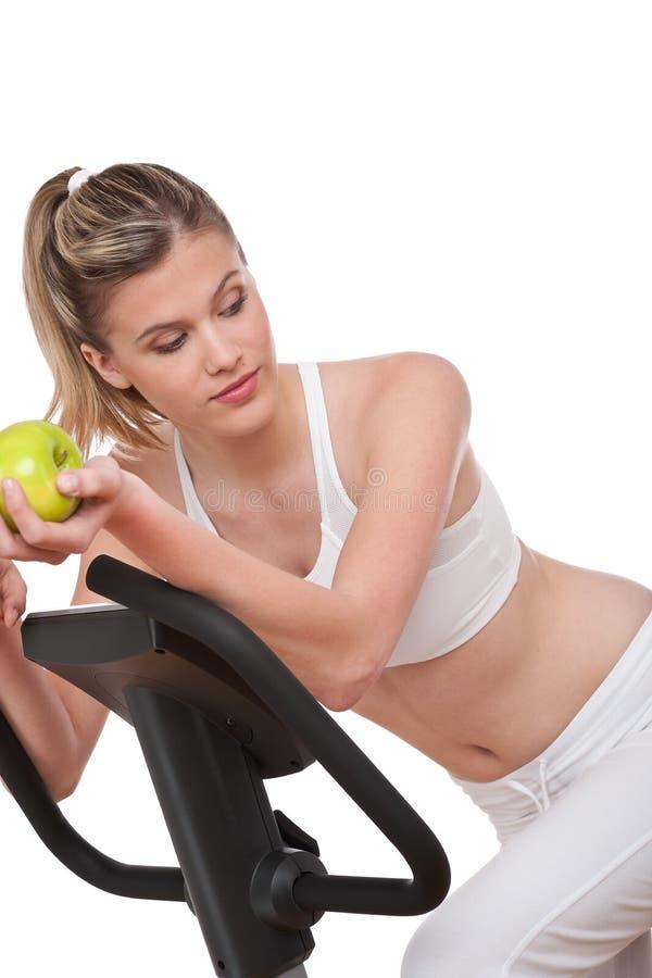 Série de forme physique - femme retenant la pomme verte photographie stock