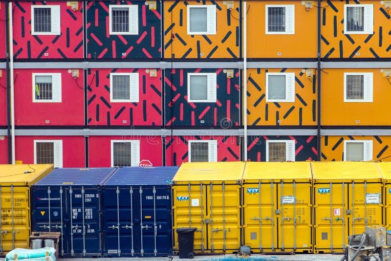 Série de récipients mobiles colorés pour le logement images stock