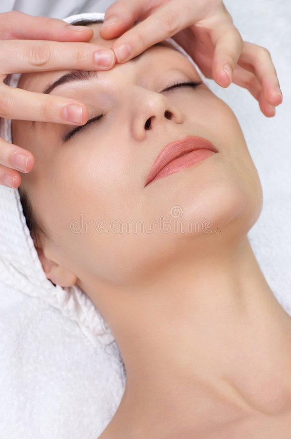 Série de saln de beauté. massage facial photo libre de droits