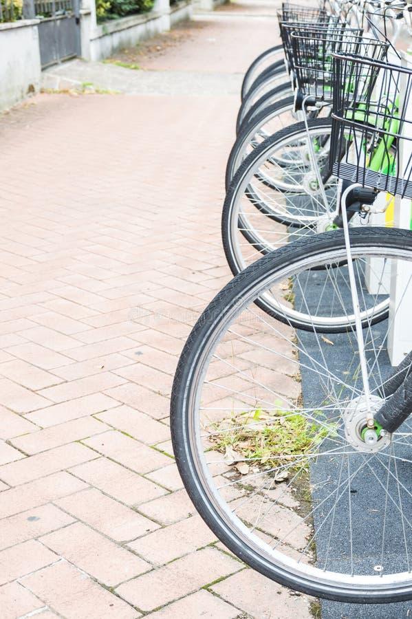 Série de vélos garés photo stock