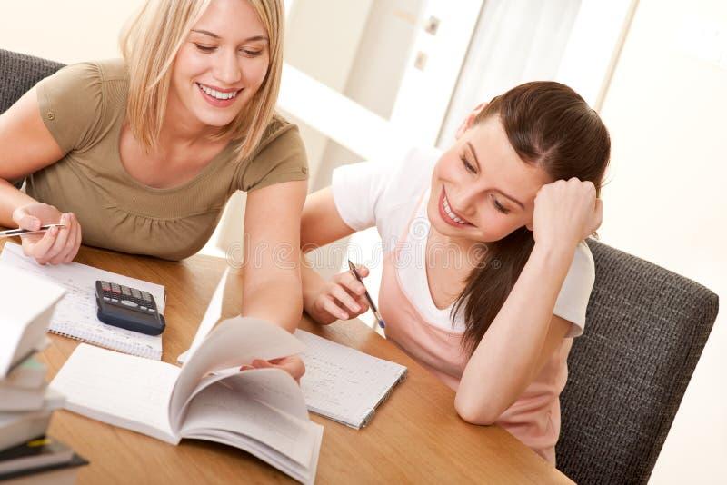 Série do estudante - duas meninas que estudam junto foto de stock royalty free