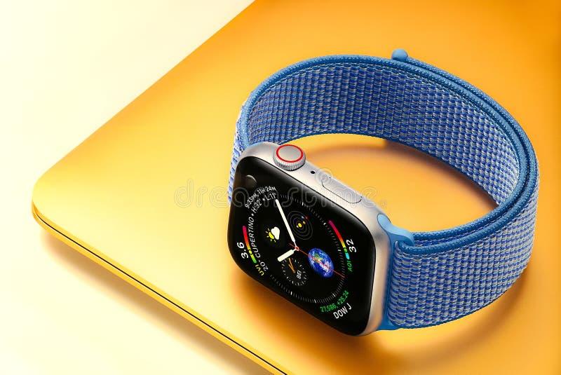 Série 4 do relógio de Apple imagens de stock royalty free