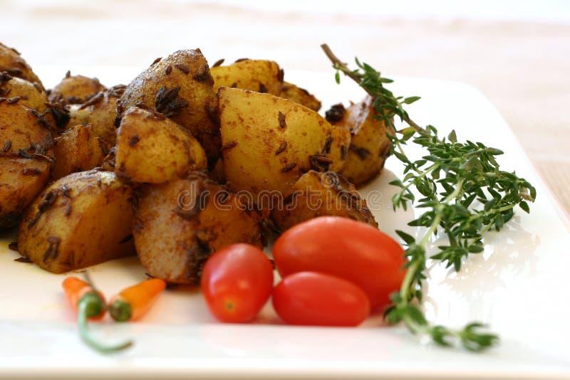 Série indienne de nourriture - pommes de terre épicées images stock