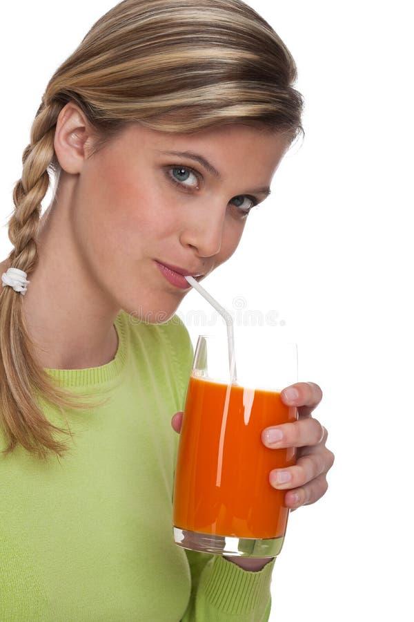 Série saudável do estilo de vida - mulher com suco de cenoura fotos de stock