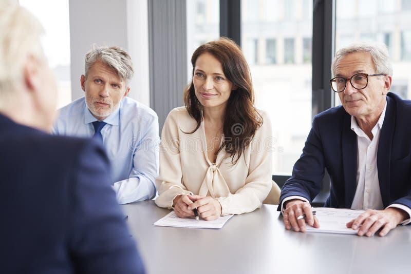 Sérieux, entretiens d'affaires à la table de conférence images stock