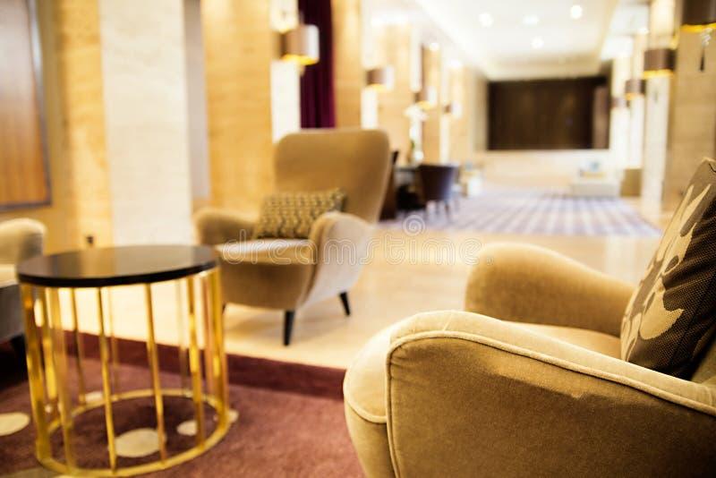 SÉRVIA, BELGRADO - 30 DE MAIO DE 2017 lobby Cadeira na entrada do fotografia de stock royalty free