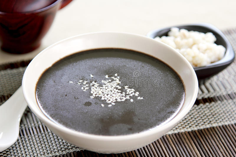 Sésame noir avec du potage de perle-orge photographie stock