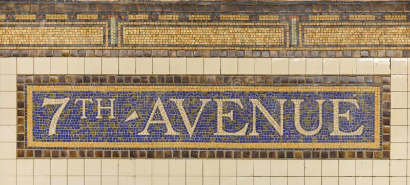 Sétimo sinal do metro da estação da avenida imagens de stock