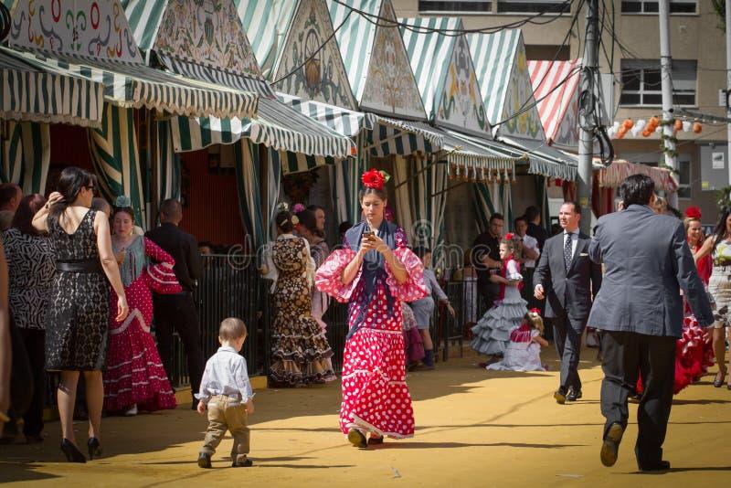 SÉVILLE, ESPAGNE - AVRIL 2014 femme habillée dans le costume traditionnel chez Feria de Abril en avril 2014 en Séville, Espagne photographie stock