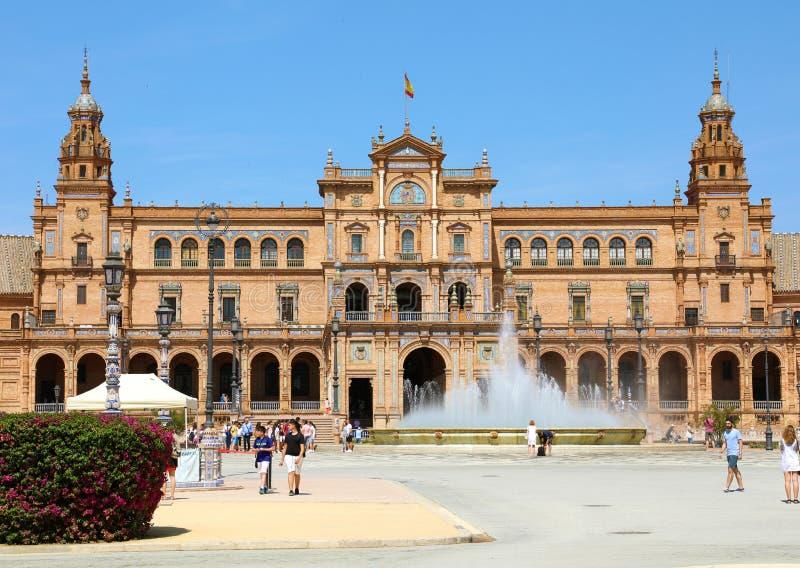 SÉVILLE, ESPAGNE - 14 JUIN 2018 : belle vue de place de Plaza de Espana avec la fontaine et les touristes, Séville, Andalousie, E image libre de droits