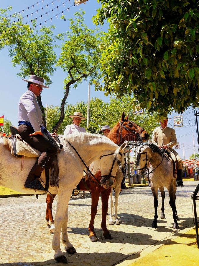 Séville Espagne le 16 avril 2013/cavaliers dans l'habillement traditionnel photographie stock libre de droits
