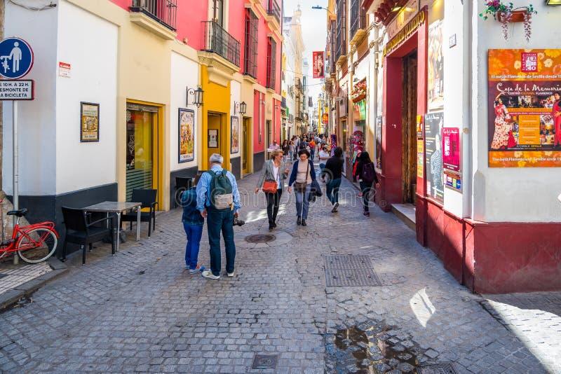 Séville Espagne, le 8 mai 2019 rue de achat étroite au centre historique de Séville en Andalousie photo stock