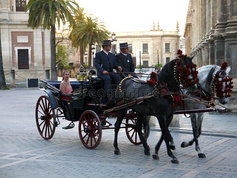 Séville l'Espagne femme le 16 avril 2013/A prend un aro de tour de chariot photos libres de droits