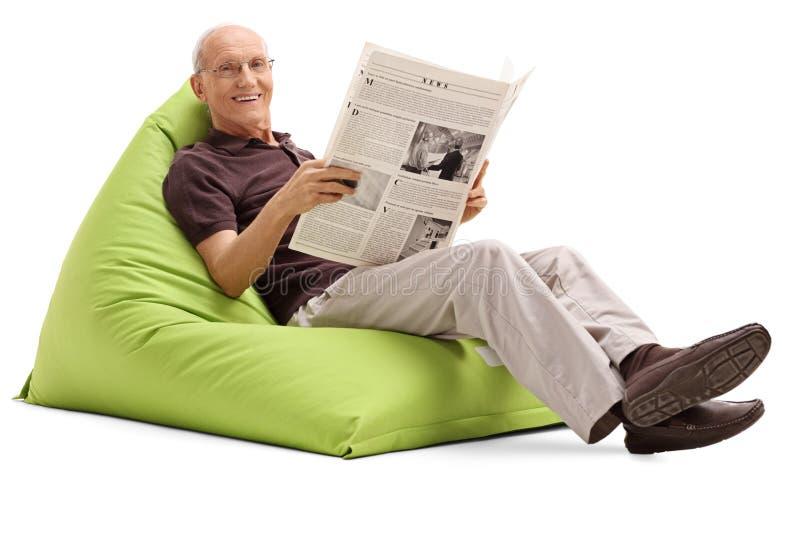Sênior alegre que guarda um jornal imagem de stock
