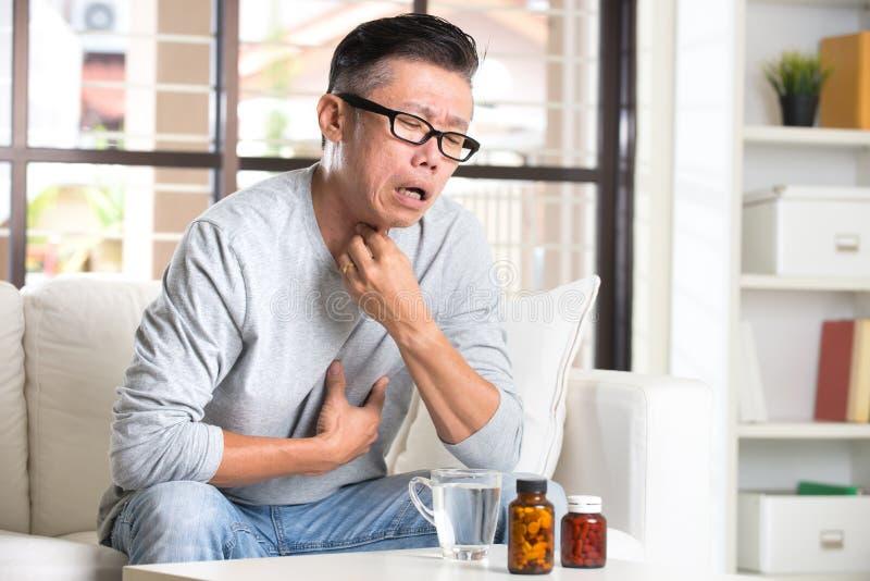 Sênior asiático com dor da garganta fotografia de stock royalty free