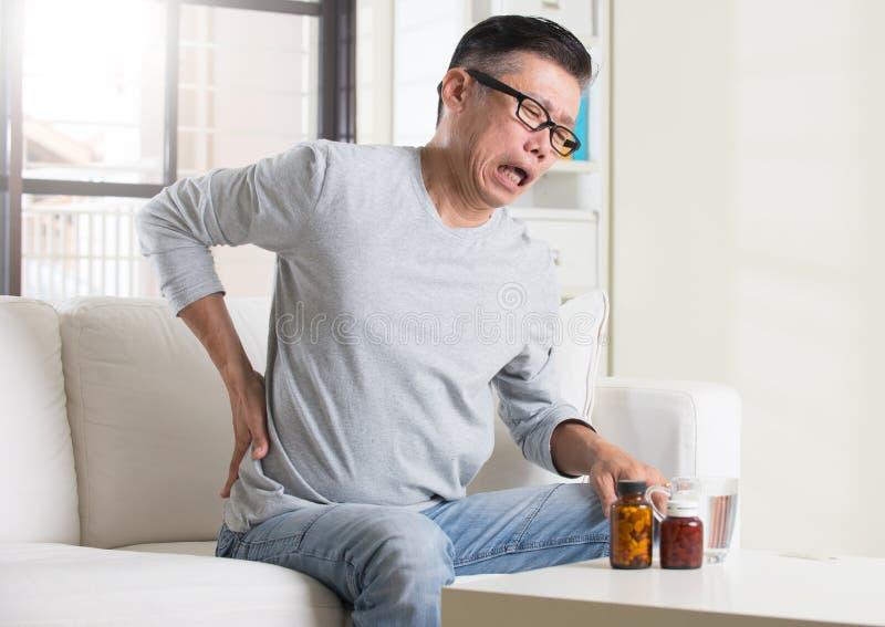Sênior asiático com dor nas costas fotos de stock